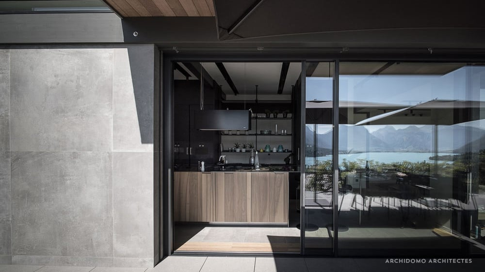 Cuisine ouverte sur terrasse, lac d'Annecy à Talloires. Maison contemporaine, constructeur maison - Maison d'architecte - Maison Particulière - Haute-Savoie - 74
